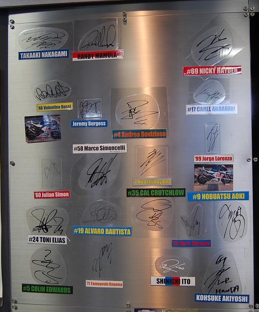 集えモータースポーツファン!1Fエントランスにはライダーのサインが!!